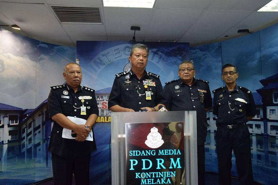 蔡义来(左2)宣布警方侦破男婴余可前遭绑架案件,并逮捕3女1男归案。左为卡玛鲁丁,右起阿里及沙那威。