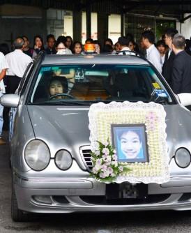 死者约50名亲朋戚友送死者最后一程。