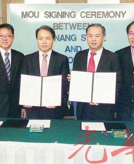 罗兴强(右3)与李炳硕(中)签署文化与旅游合作备忘录,由黄泉安(左3)、黄伟益(右2)等陪同。