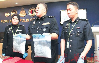 达希展示亚洲城手机客户端登录起获的毒品。