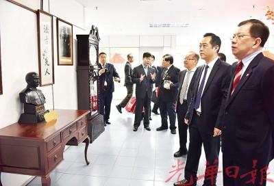吴骏于7月31日莅访《光华日报》总社,获本报董事及管理层热烈欢迎。(档案照)