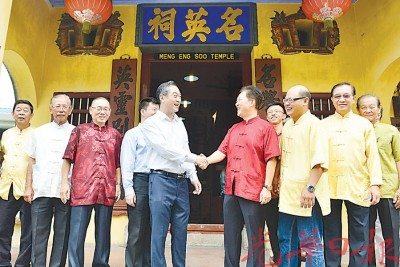 吴骏拜访多间纪念馆及宗祠,图为他造访名英祠时,移交9000令吉维修捐款于该祠。(档案照)