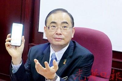 """魏家祥以手机搜索槟州绿色机构资料,显示机构以""""私人有限公司""""注册,意味邓晓璇非公职人员。"""
