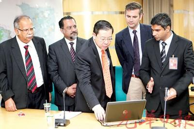 林冠英在拉玛沙米、佳日星、汀尼克斯及佐哈里陪同下,为德国双元制职教计划网站(penanggdvt.com)主持推介。