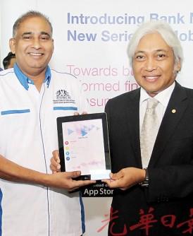 马里慕都(左)与莫哈末依布拉欣推介「我的国家银行」、「我的链接」及「我的储蓄」3款智慧型手机应用程式。