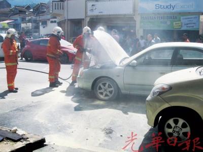消防员喷射灭烟液在车上,烟马上止熄。