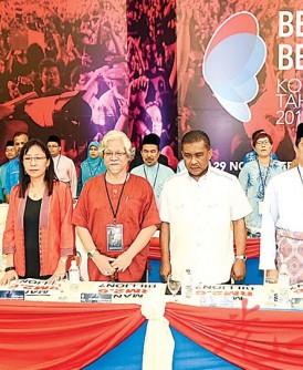 尽管伊党与社会主义党未加入希望联盟,两党领袖纳西尔(左4起)与达基尤丁仍出席公正党代表大会。左起为拉菲兹、哈山努丁、郭素沁、阿兹敏阿里与旺阿兹莎。