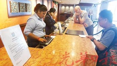 多数酒店业者都会在服务柜台出示地方政府白纸黑字的通告,让入住的旅客们对酒店房租税一目了然。