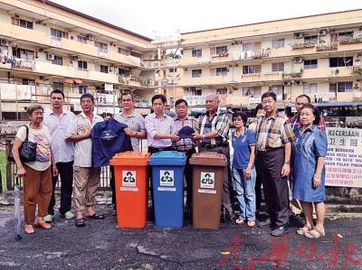 吴洑安(左4)及胡栋强(左5)等人前往大英义学园分发围巾及分类垃圾桶给当地小贩。