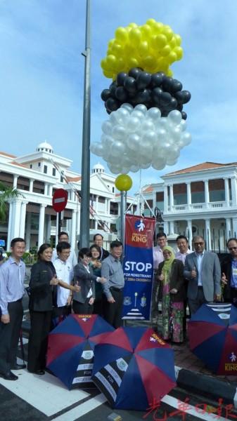 曹观友在峇堤雅等市议员陪同下推介行人为先教育醒觉运动。