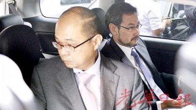 沙鲁阿扎(右)向媒体发表简短回应后即离开国会。
