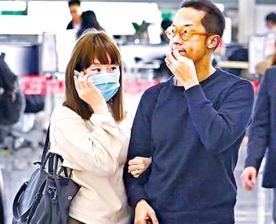 人妻王菀之抵达机场后,全程依偎老公的肩膊。