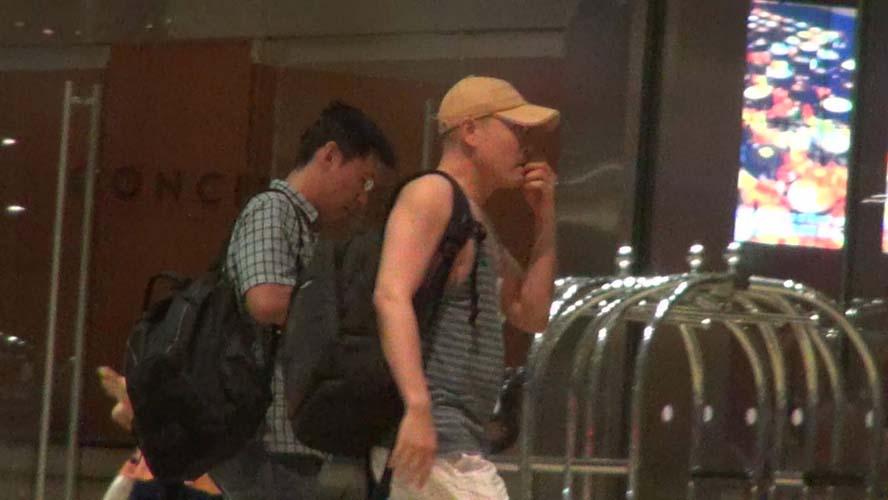 """果峻法师(右)和""""小周""""一同抵达滨海湾金沙酒店。"""
