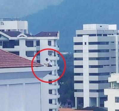 学院生坐屋顶读书为当有自杀。