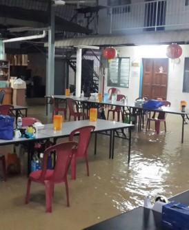 雨水淹进老人院,老人家无助地等待援助。
