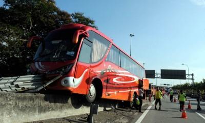 巴士疑突然失控后撞上分堤,导致车头毁损及司机鼻梁受轻伤,其他乘客则所幸无碍。