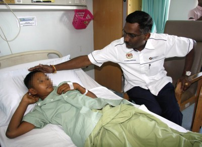 副教长卡马拉纳登慰问被殴伤的莫哈末依凡。
