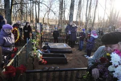 数名亲友纷纷出席其中一名罹难者卢先科的葬礼。(法新社照片)
