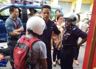 嫌犯随后被交给警方处理。