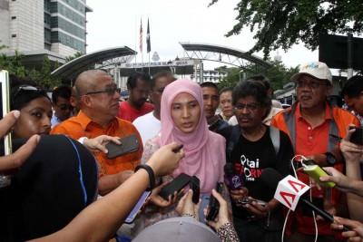努鲁依莎星期五进入全国警总部前,对记者发表谈话。