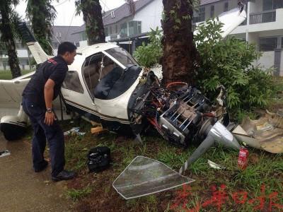 飞机撞树后,机身毁坏不堪。