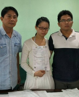 颜秀盈(中)在张秀福(左)陪同下召开记者会向媒体叙述经历,右为黄裕宽。
