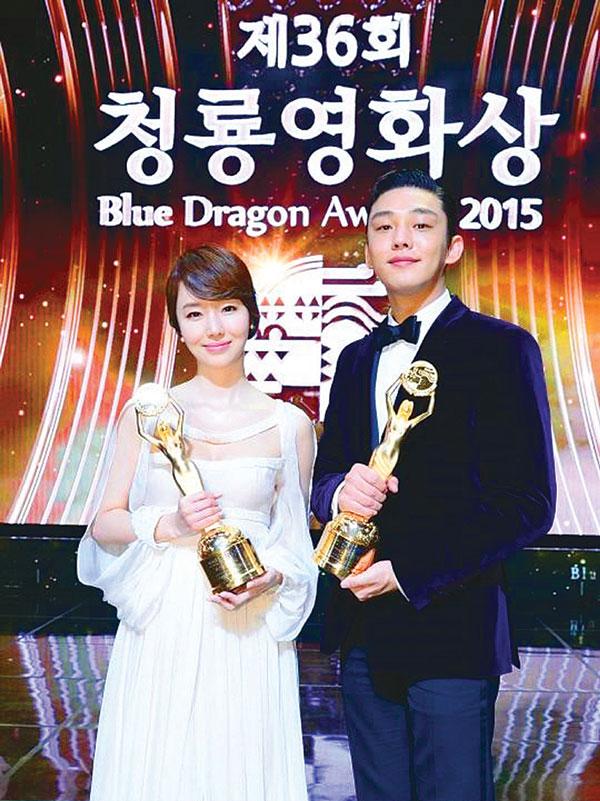 (左起)最佳女演员李贞贤,最佳男演员刘亚仁。