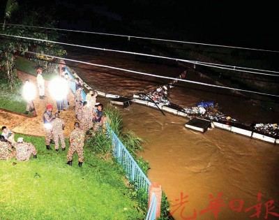 军警在沿河地区展开的搜索行动。