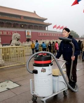 坚果兄弟曾到天安门广场吸雾霾。