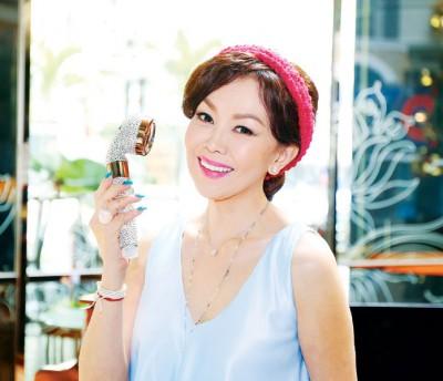 """拿督江梦蕾引进台湾研发制造,具水疗美肌作用的微型净水器在大马发售,她更将犹如麦克风的个人""""花洒净水器""""镶上自己最爱的闪钻。"""