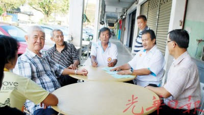 杨庆传(右1起)和阿兹曼一起与受影响小贩交流。
