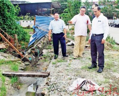 梁智华(左1)陪同蔡通易,视察需要进行维修沟渠,右1是峇吉里。