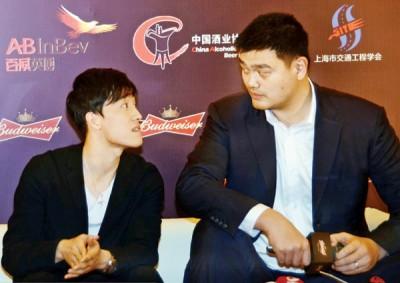 姚明和刘翔出席交通安全宣传日和他们主演的公益微电影首映式,活动中两人交谈甚欢。