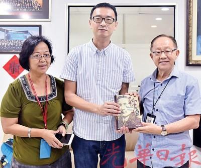 李兴前(右)赠送书籍予魏玓,由吴凤美(左)陪同。