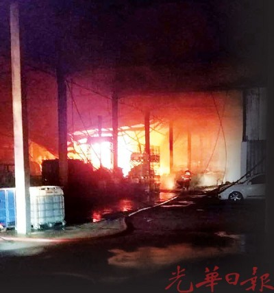 回收厂凌晨发生大火,由于现场水源不足且存有易燃品,消防队员耗费将近4小时才将火势扑灭。