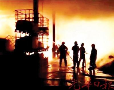 水压偏低造成取水困难,槟威两地消防员耗费4小时才将火势扑灭。
