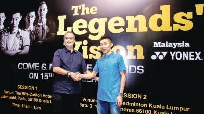 """大马一哥李宗伟(右)在""""王者之志""""的推介礼上与Yonex羽球品牌赞助商亚洲区董事经理DK赛特互相握手致意。"""