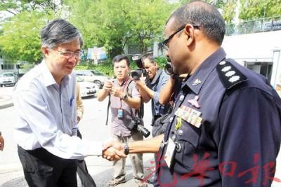慕连迪警官接触蔡添强(左),以安排录口供事宜。