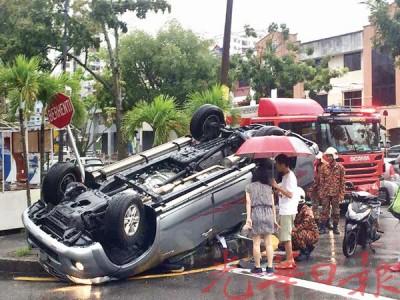 消拯员救出受困在车内的4名华裔人士。