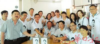钟少云(坐者左起)、巫程豪、符文濠及其他诚信联盟声援巫程豪法律基金委员。
