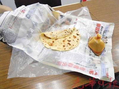 旧报纸包印度煎饼或扁担饭,槟城业者及消费人都已经习惯了。