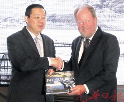 汉斯奥拉乌斯达(右)赠送纪念品给林冠英。