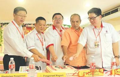玻璃市行动党召开2015年代表大会、右起张开笔、旺卡利查尔、苏建祥、郑成泉及陈国耀。