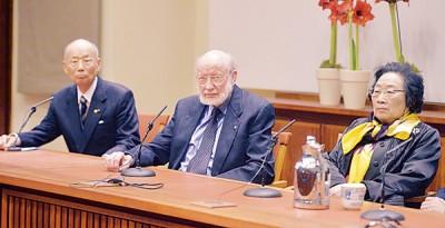 屠呦呦(右)与另2名医学奖得主威廉坎贝尔(中)及大村智(左)出席记者会。(法新社照片)
