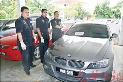 李瑞铭(左3)与下属向媒体展示警方在行动中起获的报失宝马轿车。