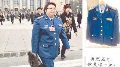 韩红当微博秀出军装照片。