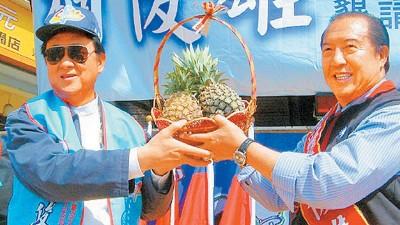 柯俊雄2004年选立委,旧王羽(左)大方站台。