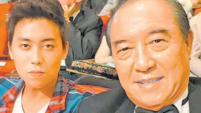 前年,柯俊雄带着独子柯鉴育(左)与会金马奖,吃儿子看老爸风光坐上高接受表扬。
