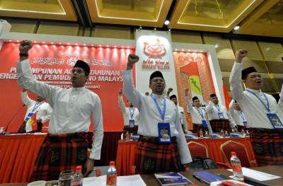 """凯里(左)统领巫青团员高呼""""巫青万岁""""(Hidup Pemuda),其他为秘书拿督莫哈最后沙菲里。"""