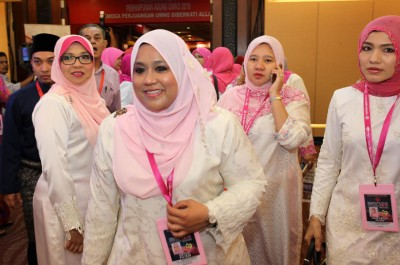 玛是尔米雅蒂(右3)请女青党员不一味挑出领袖的小毛病。